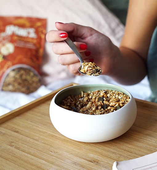 Our apple and vanilla granola will make your breakfasts, your snacks and your desserts crispy.